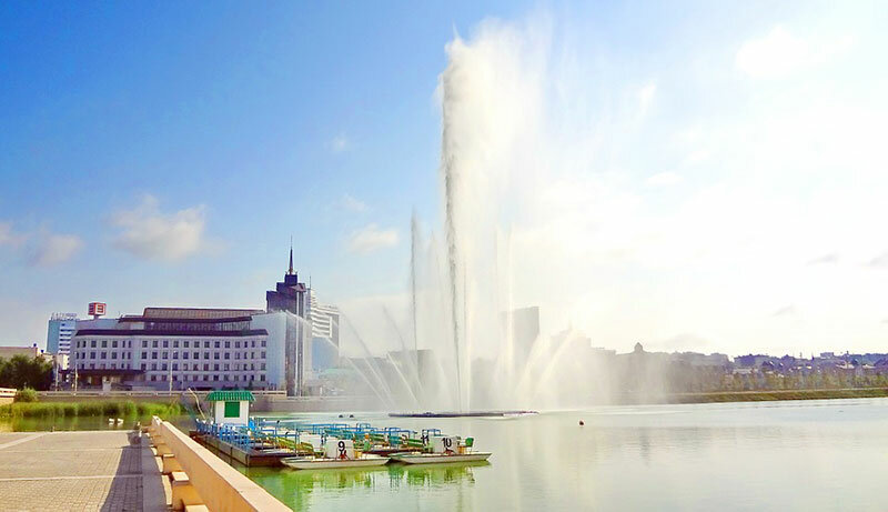 Площадь Тысячелетия Очень известная площадь в Казани — одна из самых крупных в России. Для многих туристов города эта площадь одна из первых достопримечательностей Казани, которые обязательно нужно посмотреть при посещении города.