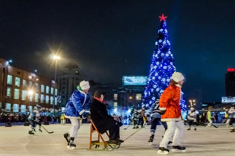 Вечером 25 декабря на площади Ленина в центре Новосибирска открылся новогодний городок с катком, 22-метровой елкой и ледяными персонажами советских фильмов