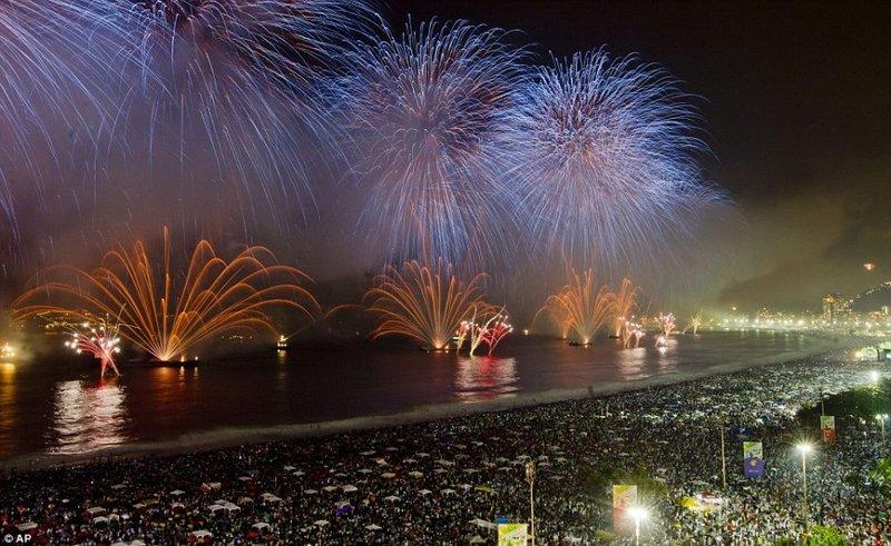 Более 3-х млн. человек собрались на пляже в Рио-де-Жанейро в Новый год