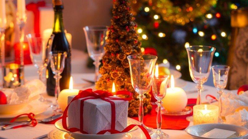 Елочка из шишек на праздничном столе