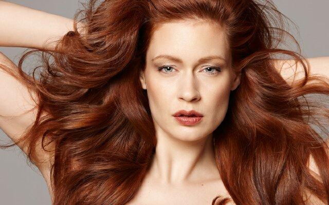 Рыжие волосы - это яркий и привлекательный образ. Как усилить эффект от рыжих волос с помощью правильно подобранного макияжа - советы стилистов.