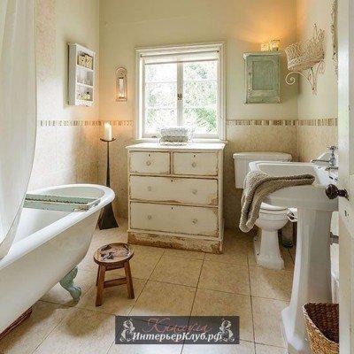 Белый состаренный деревянный комод в ванной