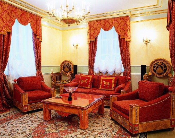 Архитекторы Юрий Бурханов и Игорь Курицын создали неповторимый дизайн дома в стилистике ампир, привлекая в декор элементы различных исторических стилей и эпох.