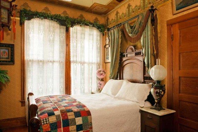 Деревянная кровать для викторианской спальни