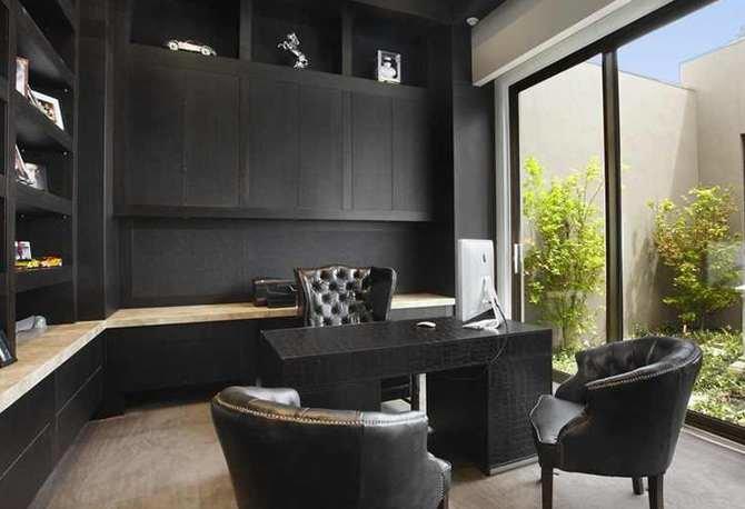 Выделяем под кабинет комнату с панорамным окном. Черные стол и кресла будут идеально смотреться при естественном свете.