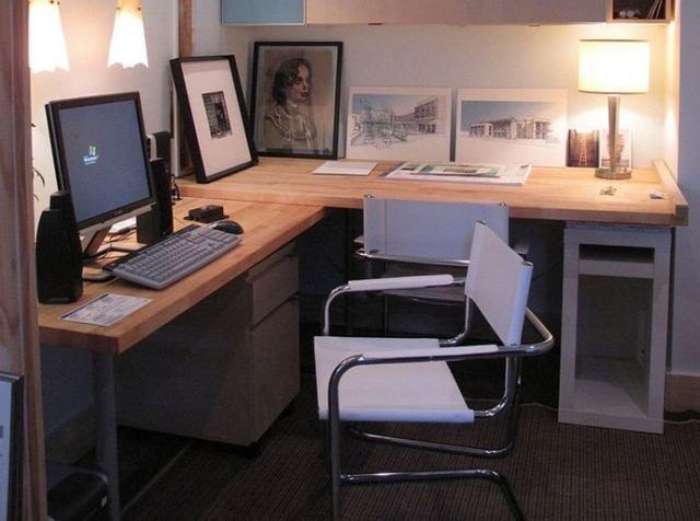 Домашний офис в современном загородном доме  с лампами дневного освищения