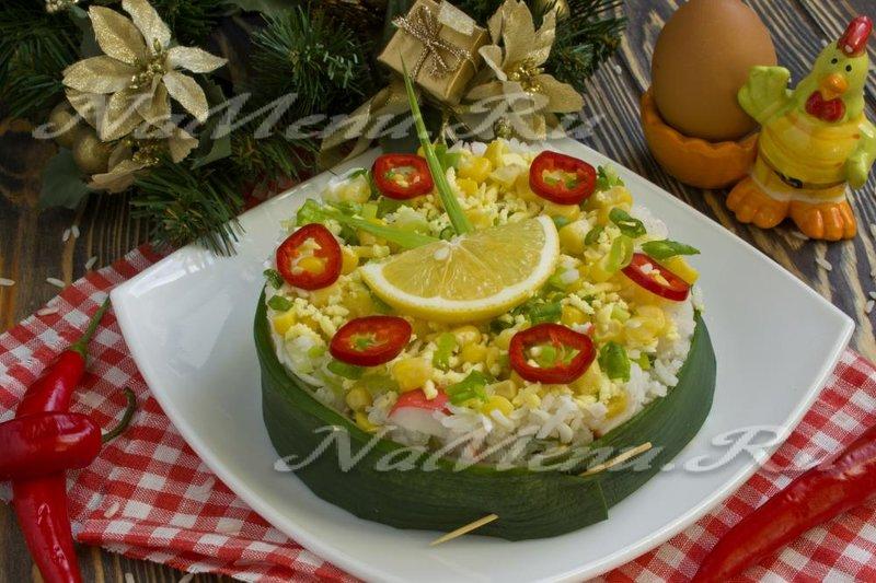 Предлагаем рецепт крабового салата с кукурузой и сельдереем на новогодний стол. Это вкусный и оригинальный в подаче салат будет достойным украшением вашего праздничного салата.
