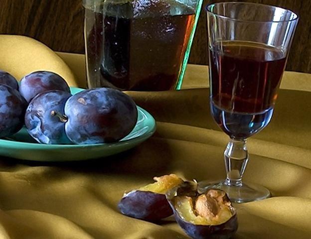 Нам подойдут любые плоды, главное собирать без червоточин, подойдут такие сорта как ренклод, венгерка, яичная слива, канадская.