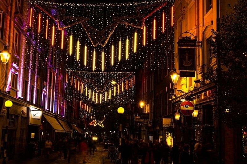 Украшенная по-новогоднему улица Лондона.