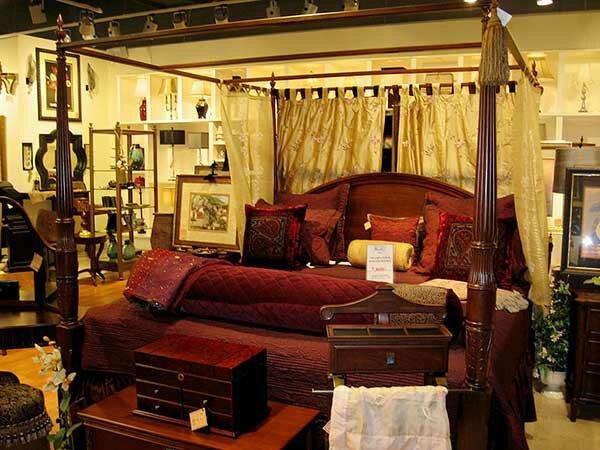 Красно-жёлтая спальня