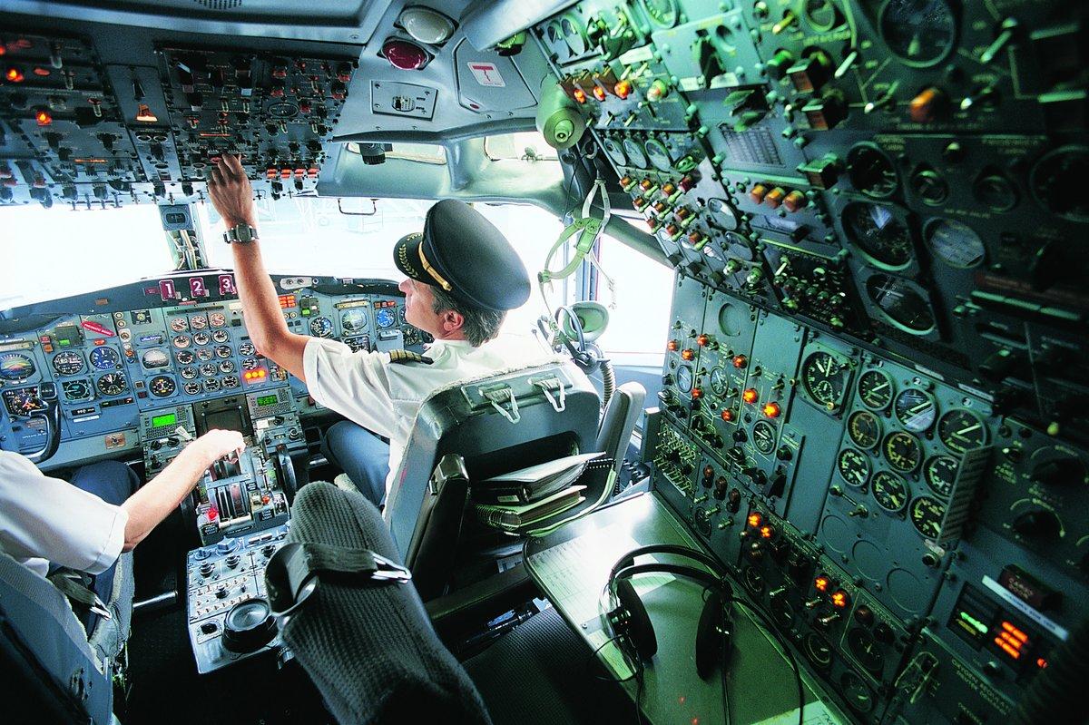 продолжении фото в кабине пилота самолета изготовления
