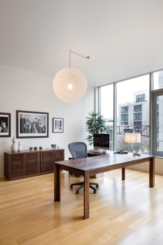 Светлые стены, огромное окно, большая люстра и настольная лампа - залог хорошего освещения в домашнем кабинете