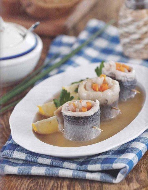 рольмопсы-рулеты из солёной сельди с начинкой из маринованных овощей