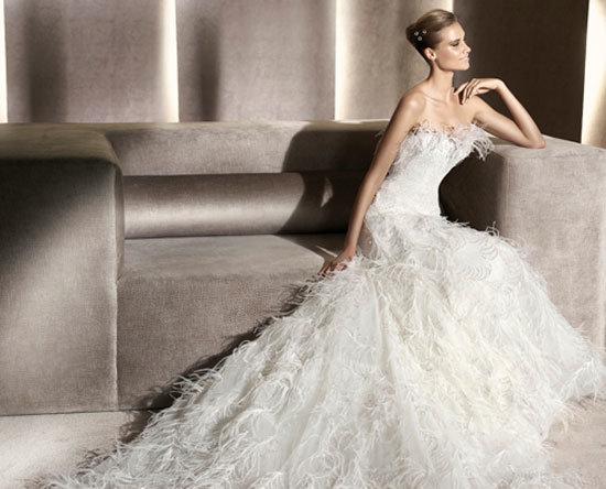 Платья на свадьбу с использованием перьев