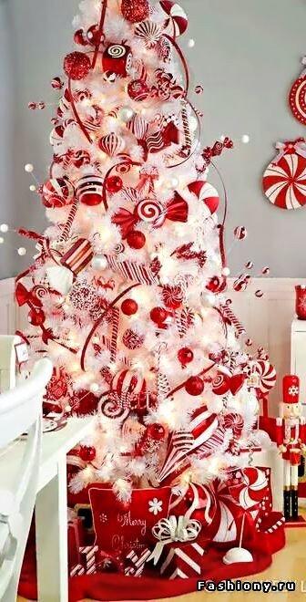 Белая елка с красными украшениями.