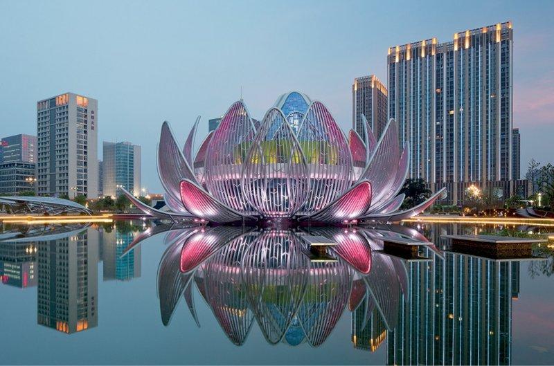 Необычное здание в виде цветка лотоса находится посреди искусственного озера в Народном парке китайского города Чанчжоу