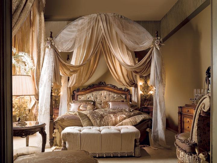 Королевская спальня с балдахином