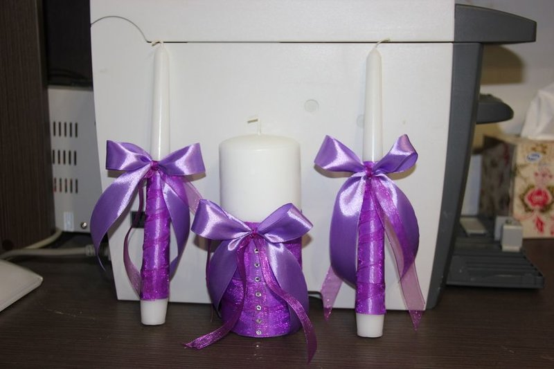декорированче сиреневой лентой свечи