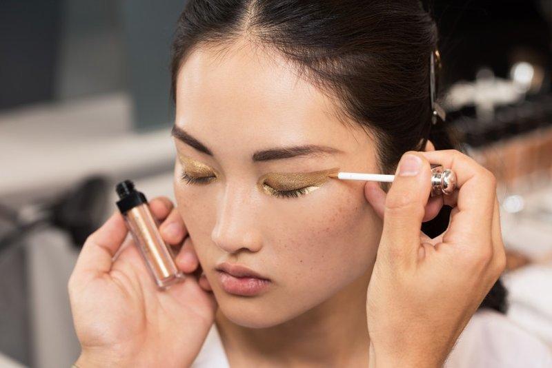 Питер Филипс, креативный директор по макияжу Dior, создал уникальные образы с помощью графичной подводки. Макияж каждой модели разрабатывался с учетом её индивидуальной формы и разреза глаз.