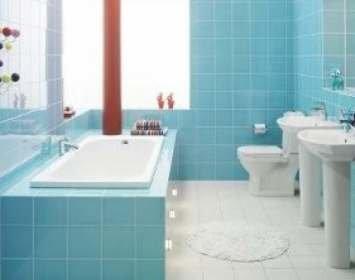 Плитка в маленькой ванной голубого цвета
