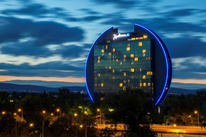 Во Франкфурте-на-Майне (Германия)  здание отеля Radisson BLU Hotel выполненное в форме диска