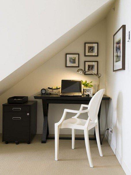 Маленький кабинет в угловой нише стены