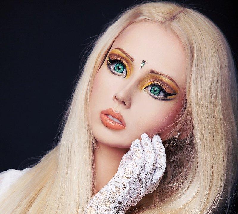 Мир моды просто охватила кукломания. Кукольный макияж становиться одним из главных направлений моды, прически, стиля одежды и макияжа.