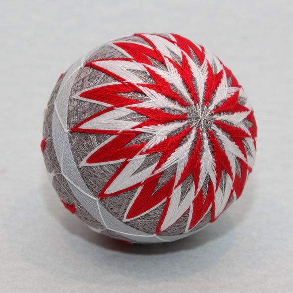 Смелое сочитание серого и красного цвета на шаре.