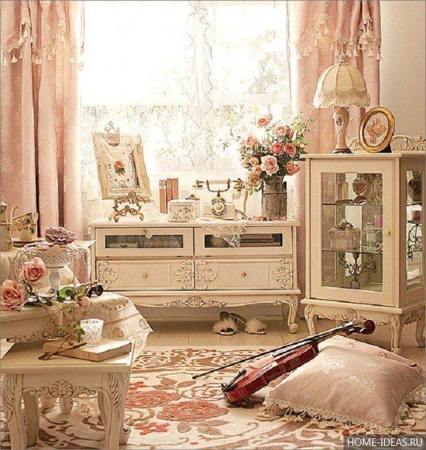 Бежевые шкафчики и столик со стульчиком с лепниной
