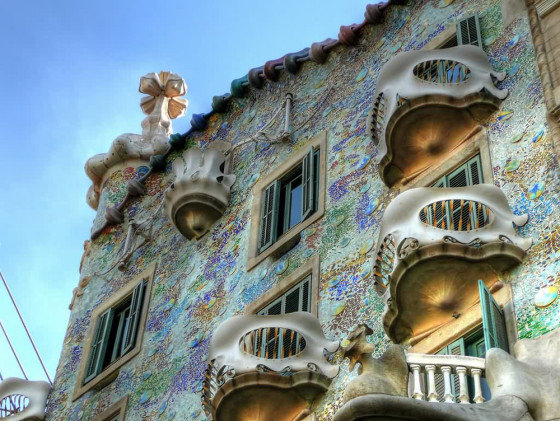 Дом Батло сразу привлекает внимание своей необычной формой. Ни один туристический маршрут в Барселоне не минует эту достопримечательность, одну из выдающихся