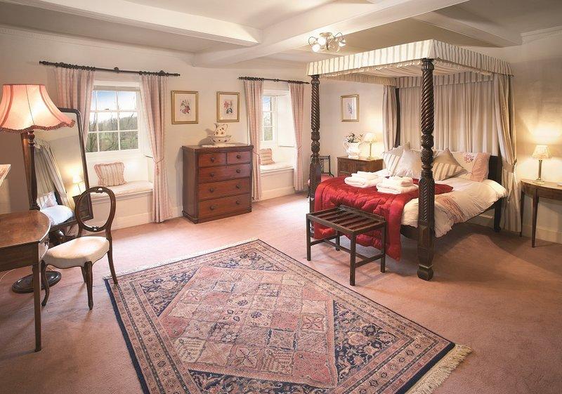 Викторианский стиль в интерьере всегда предполагает уравновешенную цветовую гамму, симметрию и гармонию.