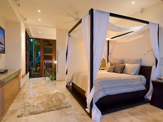 Романтичная, роскошная уютная, она прекрасно впишется в интерьер любой площади. Фото кроватей с балдахином