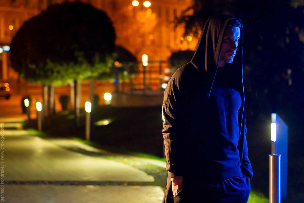 фото парень в капюшоне зимней ночью примеру