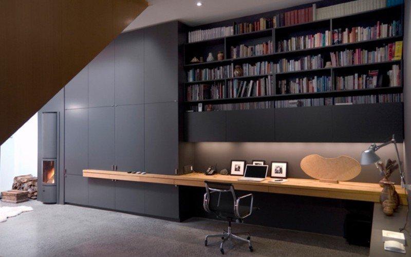 Домашний офис встроенный под лестницу