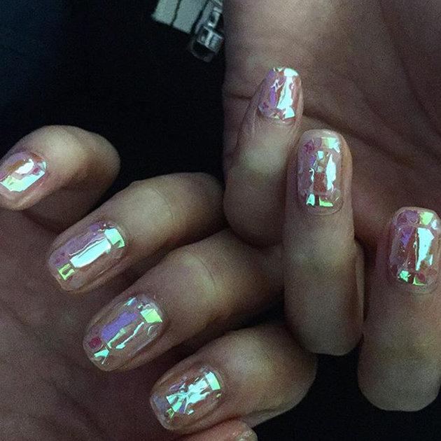 Стеклянный дизайн ногтей полностью имитирует глянцевую поверхность битого стекла