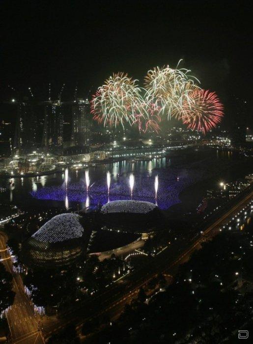 Фейерверк над заливом Марина и Театром Эспланада (слева) во время пиротехнического шоу в Сингапуре