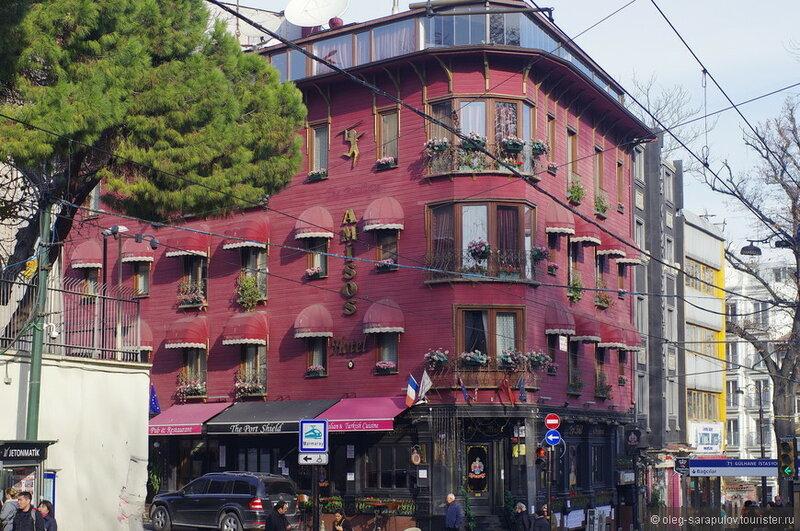 Европейская часть Стамбула делится бухтой Золотой рог на Старый и Новый город и, не смотря на то, что их объединяют два моста, они действительно очень сильно различаются, просто разительно.