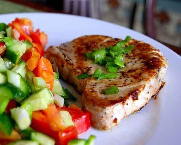 Стейк из тунца с гарниром из свежих овощей и соком лайма