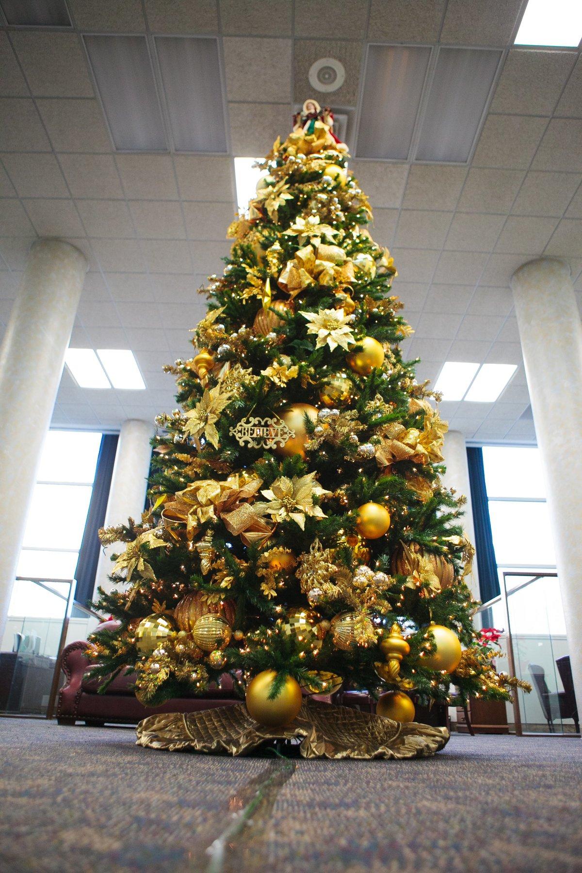 елка с красными и желтыми шарами фото меня сохранились лишь
