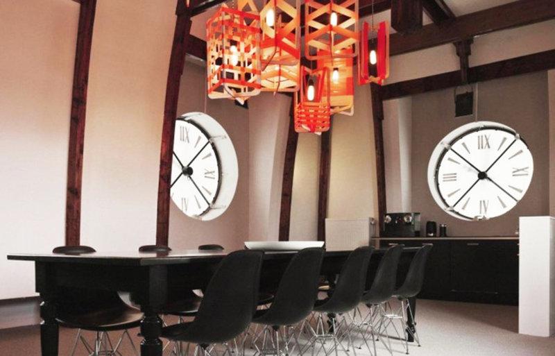 Часы в интерьере гостиной - это важный атрибут. Они делают любое помещение уникальным.