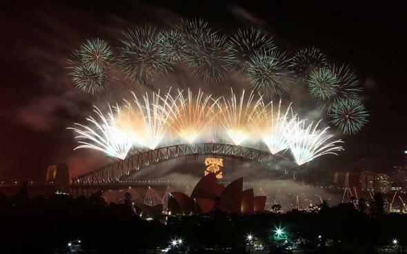 Салют в небе во время празднования Нового года в Сиднее, Австралия.