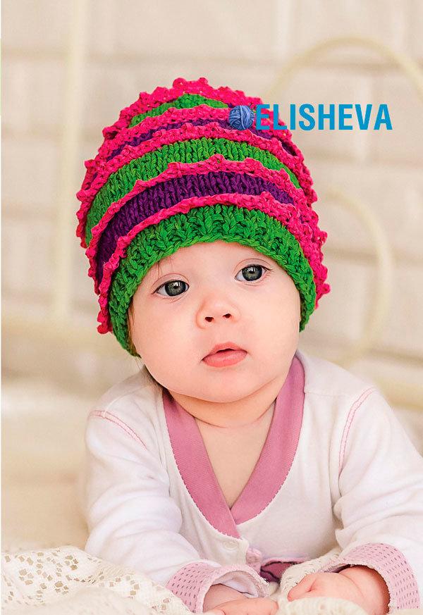 Веселая детская шапочка с кружевами, вязаная спицами и крючком.