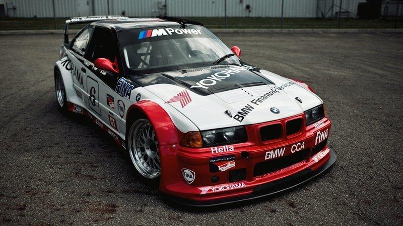 Автомобиль BMW M3 E36 GTS-2 - Бело-красного цвета, в спортивном тюнинге (вид спереди)