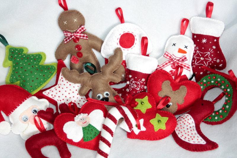 Новогодние игрушки из фетра — это необычные поделки своими руками, выкройки делаются за 10 минут. Пальчиковый театр, снежинки, елочки и домики порадуют вас!