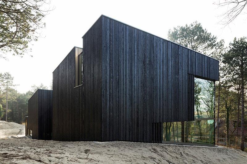 Дом из обугленного дерева в заповедной зоне Голландии