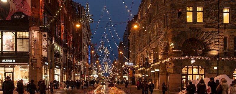 Торговый центр Стокман ежегодно украшает рождествунтскую витрину, которая является центром притяжения для детей.