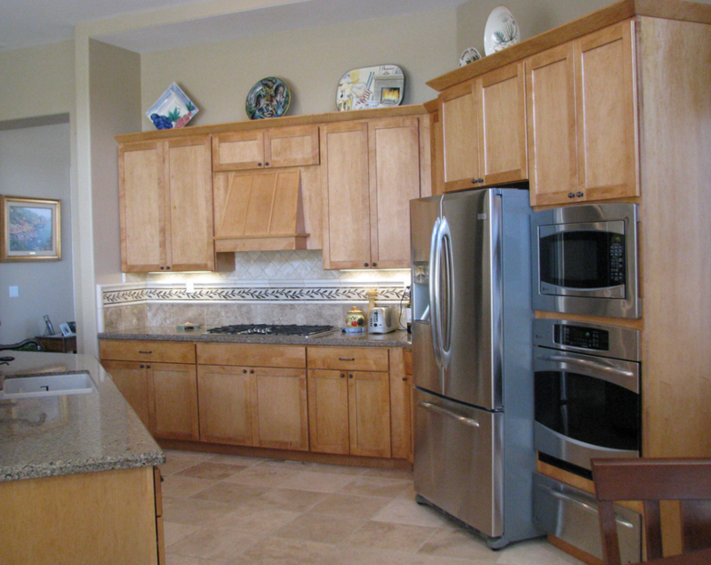Кухня в деревенском стиле из массива сосны для частного дома.