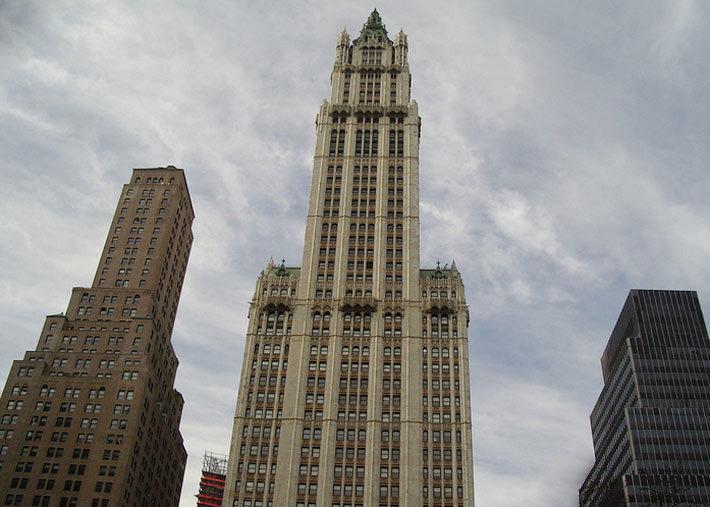Один из самых старых небоскребов Нью-Йорка, который был построен практически 100 лет назад - Вулворт-билдинг (Woolworth Building)