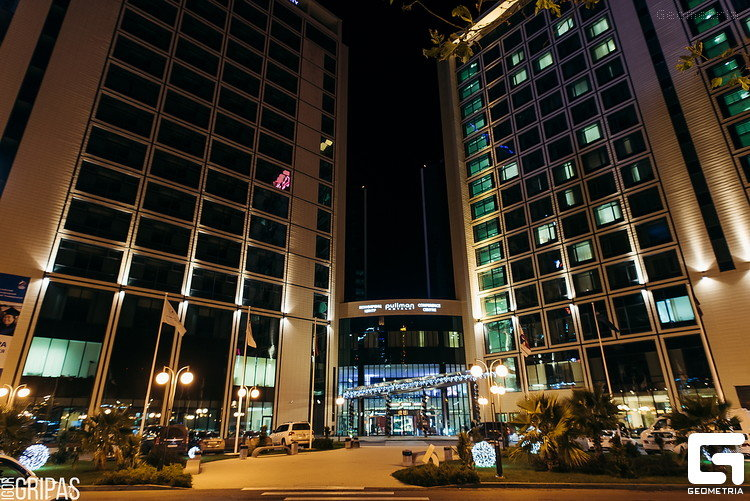 Вид на по-новогоднему украшеный отель Pullman Sochi Center.