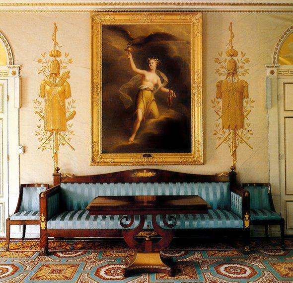 Для фанатов роскоши и королевского величия есть интерьер в стиле ампир - это философия богатства, процветания и зажиточности